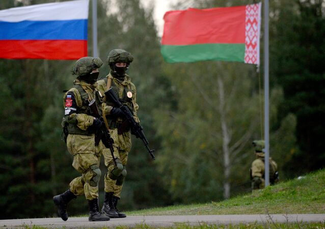 Militares em pose defensiva durante uma operação simulada de combate, nas manobras conjuntas russo-bielorrussas Zapad-2017