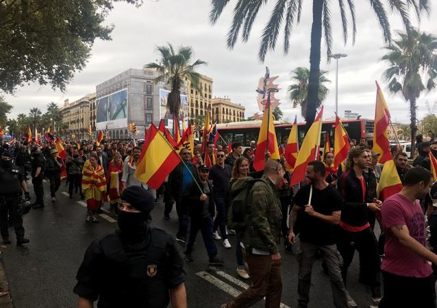 Pessoas em Barcelona participam da manifestação contra a independência da Catalunha, 1 de outubro de 2017