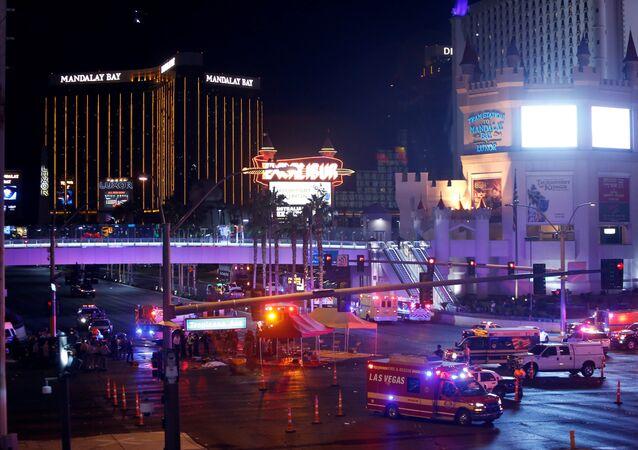 Polícia e ambulâncias de Las Vegas estão no lugar de tiroteio, 1º de outubro
