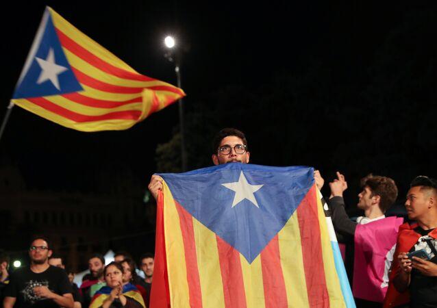 Homem com uma Estrelada (bandeira da Catalunha) durante o referendo pela independência, em Barcelona, em 1 de outubro