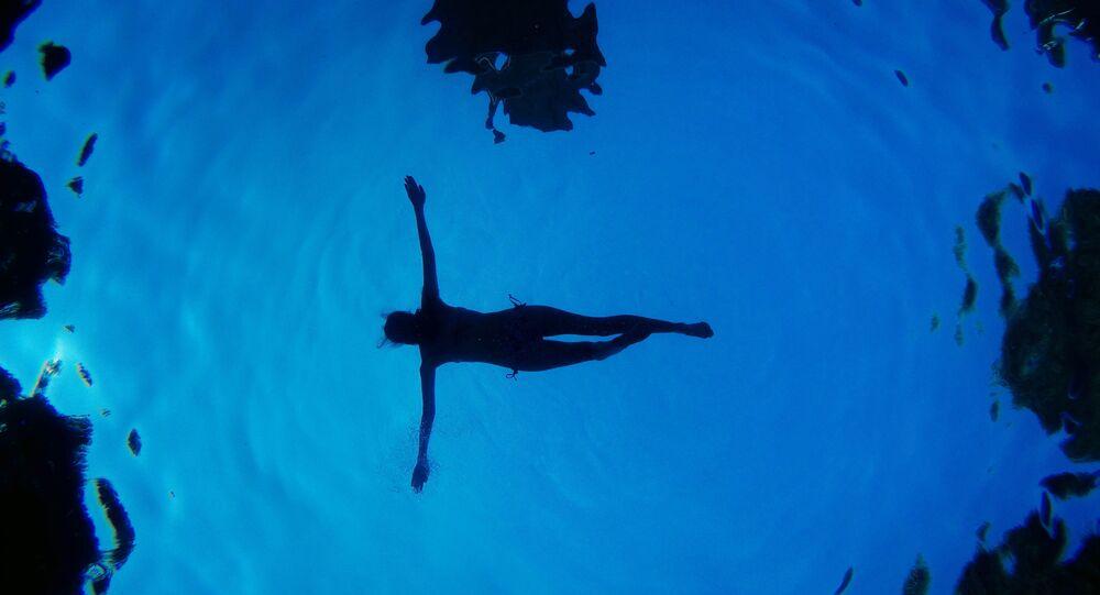 Uma mulher em piscina (foto de arquivo)