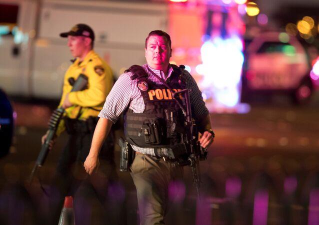 Agente da Polícia de Las Vegas patrulhando ruas da cidade após tiroteio em massa durante show