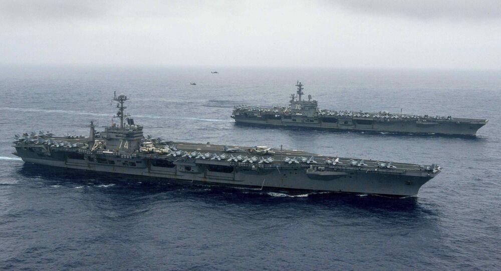Porta-aviões norte-americanos USS John C. Stennis  e USS Ronald Reagan no mar das Filipinas (foto de arquivo)