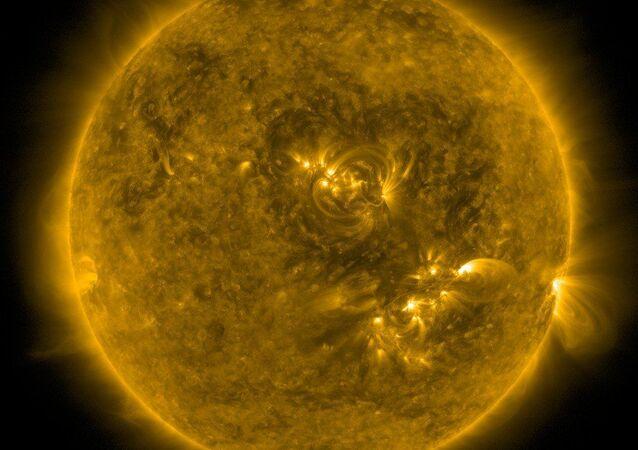 Coração formado por campos magnéticos na superfície do Sol