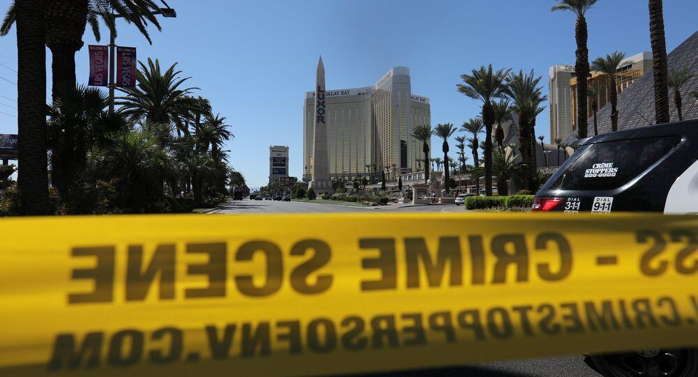 Polícia fecha o acesso para o local do crime, onde um homem de 64 anos atirou contra uma multidão em Las Vegas, EUA