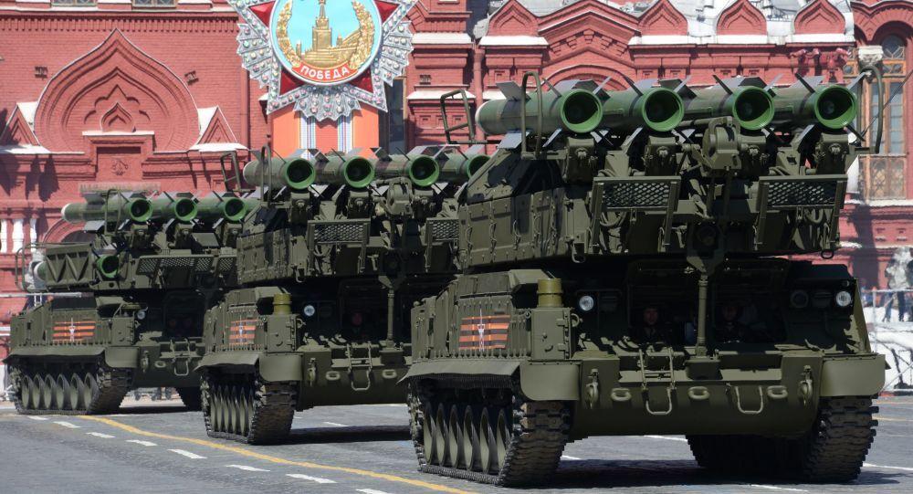 Sistema de mísseis terra-ar Buk-M2 durante o ensaio geral da parada militar em homenagem ao 70º aniversário da vitória na Segunda Guerra Mundial de 1941-1945.