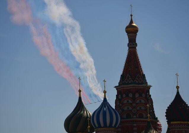 Caças Sukhoi Su-25 Frogfoot no último ensaio para a parada do Dia da Vitória