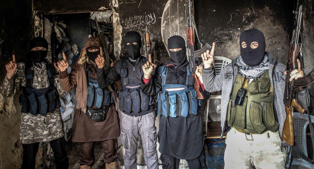 Membros da Al-Qaeda posam para foto com os rostos cobertos
