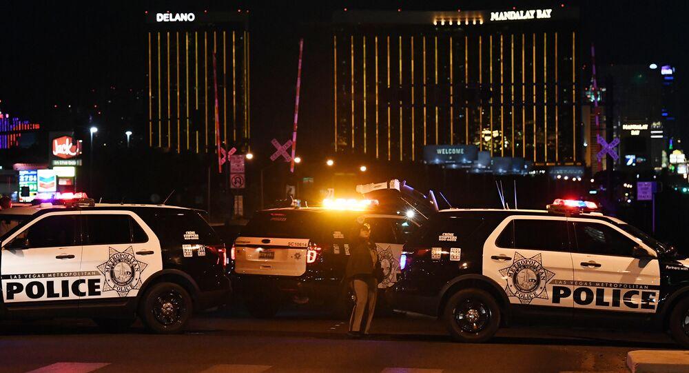 Policial perto do lugar do tiroteio em Las Vegas, 1º de outubro