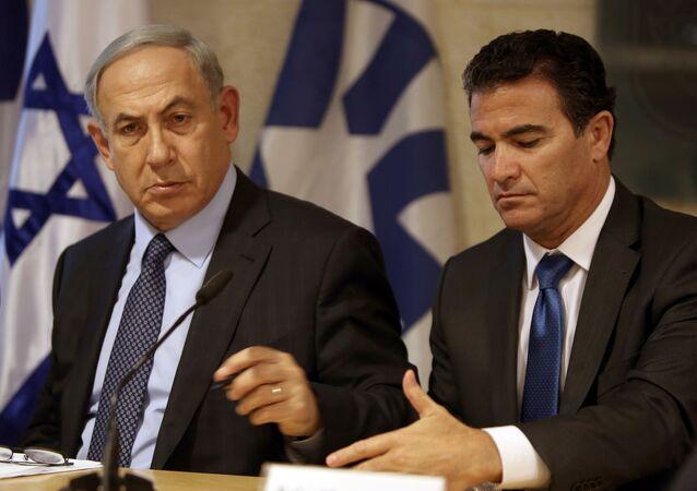 A foto do premiê israelita Benjamin Netanyahu no Ministério das Relações Exteriores em 15 de outubro de 2015 com Yossi Cohen, diretor de Mossad