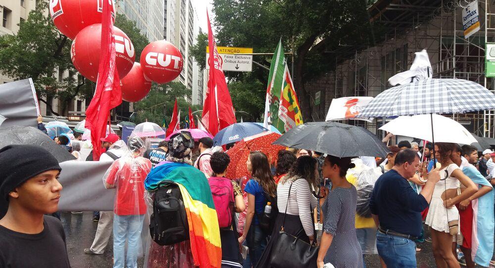 Nem chuva atrapalha manifestação no Rio contra privatização da Eletrobras