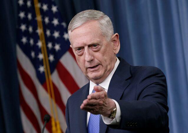 Secretário de Estado norte-americano James Mattis gestures durante a conferência de imprensa sobre a campanha contra o Daesh no Pentágono, Washington, 19 de maio de 2017