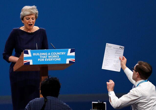 Comediante tentou entregar formulário para demitidos à premiê Theresa May