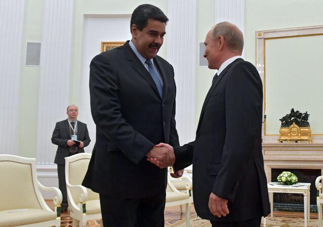 O presidente russo, Vladimir Putin, aperta a mão do seu homólogo venezuelano, Nicolás Maduro, durante uma reunião bilateral em Moscou, em 4 de outubro de 2017