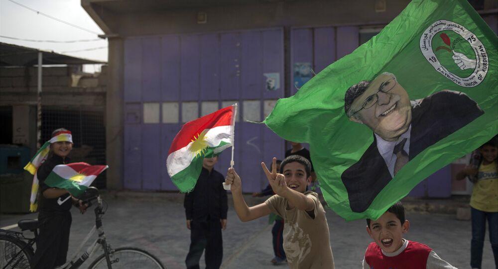 Crianças curdas seguram bandeiras do Curdistão no dia 25 de setembro de 2017, data do referendo realizado pela independência da região