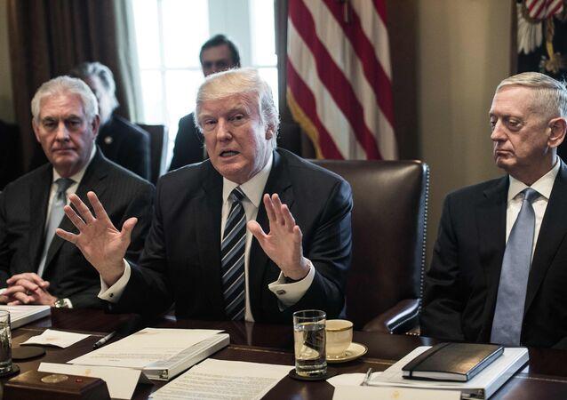 Presidente norte-americano, Donald Trump, falando com jornalistas, entre o secretário de Estado (à esquerda), Rex Tillerson, e secretário de Defesa (à direita), James Mattis, na Casa Branca, Washington