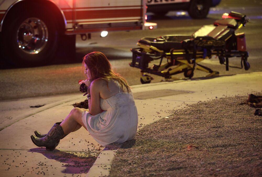 Mulher no lugar onde ocorreu o tiroteio de Las Vegas, que levou a vida de mais de 50 pessoas e deixou centenas de feridos