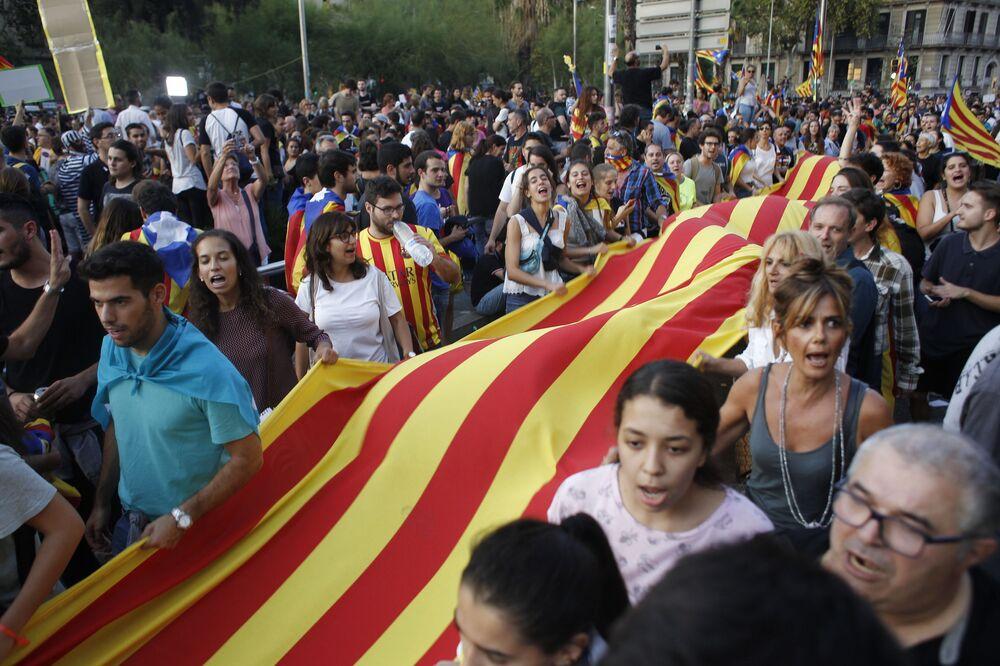 Participantes da greve em apoio ao referendo sobre a independência da Catalunha