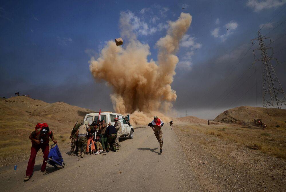 Força xiitas se protegem de explosão no Iraque