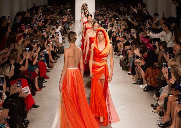 Semana da moda em Paris, estilista russo Valentin Yudashkin apresenta sua coleção