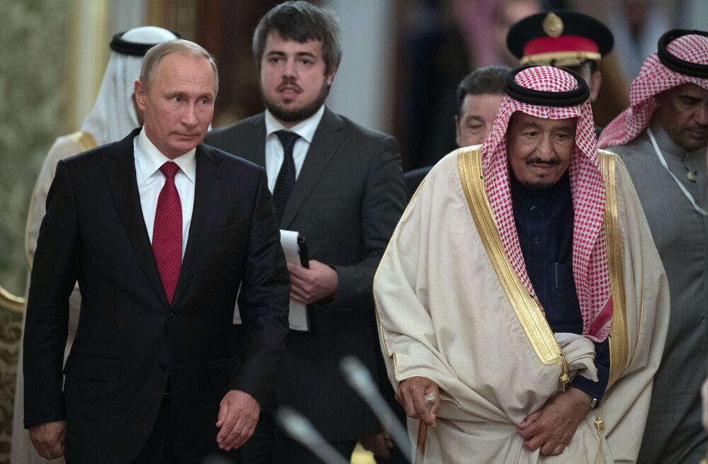 Presidente russo, Vladimir Putin, com rei saudita, Salman bin Abdulaziz Al Saud, durante visita histórica do monarca à Rússia