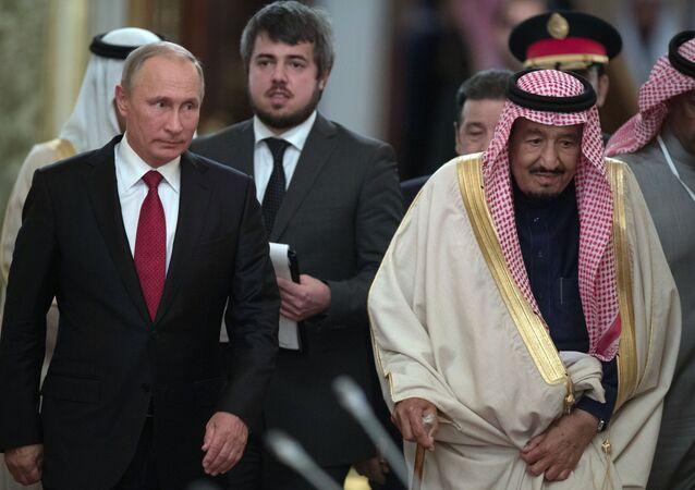 Presidente russo, Vladimir Putin, com rei saudita, Salman bin Abdulaziz Al Saud, durante visita do monarca à Rússia