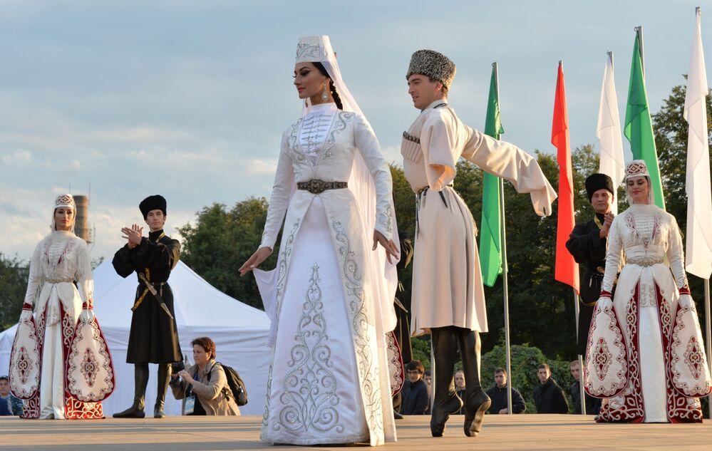 Praticantes de danças tradicionais dos povos do Cáucaso em Vladikavkaz