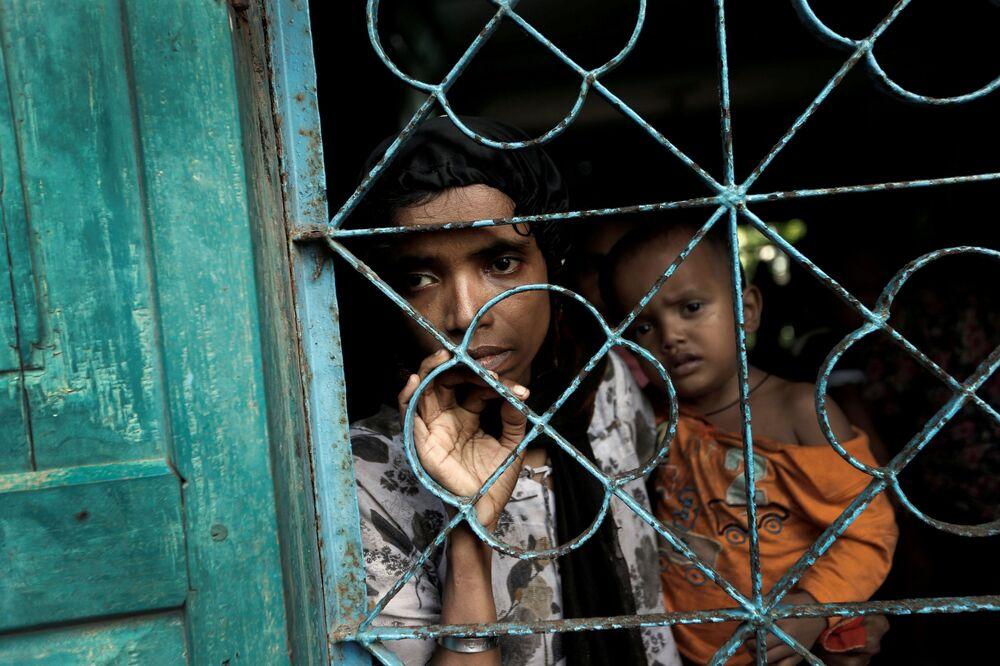 Refugiados rohingya esperam transporte para campo de refugiados no Bangladesh
