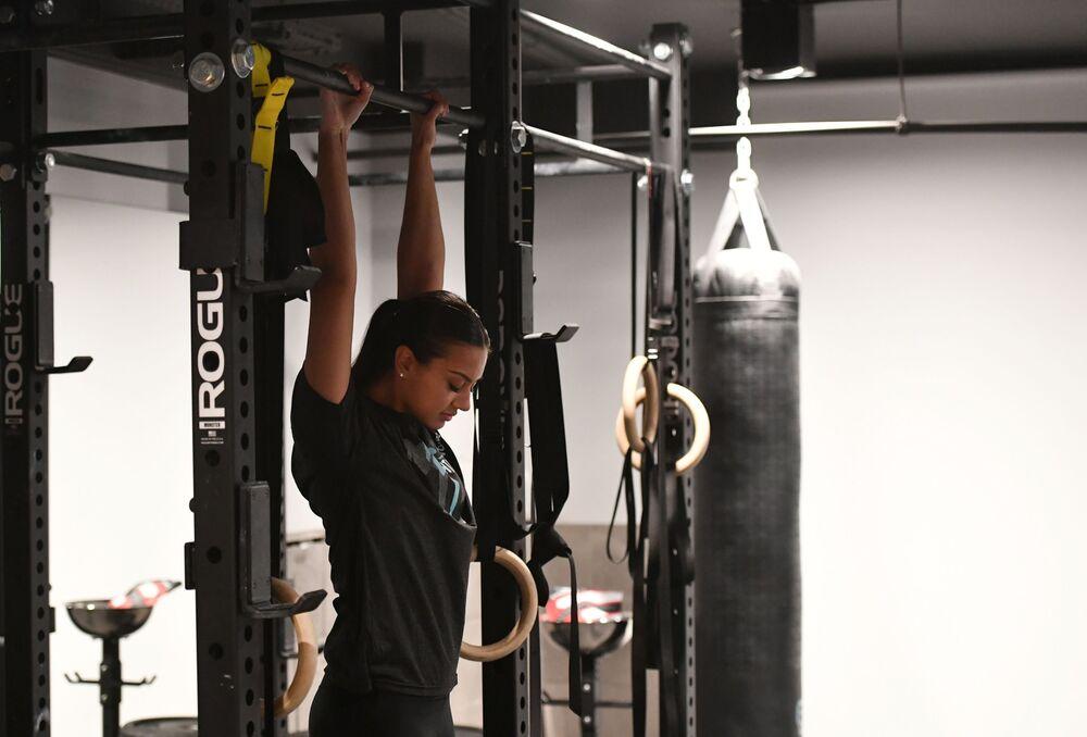 Menina praticante de box em uma das academias da Arábia Saudita