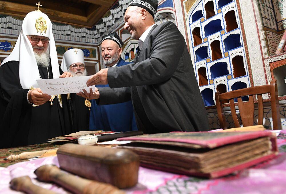 Patriarca ortodoxo Kirill visita Uzbequistão