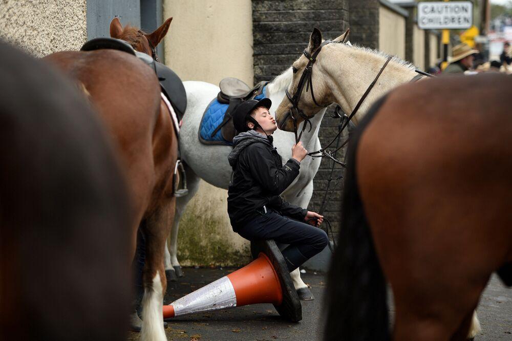 Menino beija seu cavalo na feira anual na Irlanda