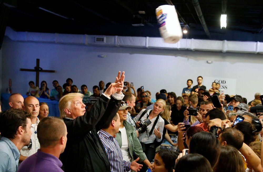 Presidente Donald Trump lança toalhas de papel às vítimas do furacão Maria, em San Juan