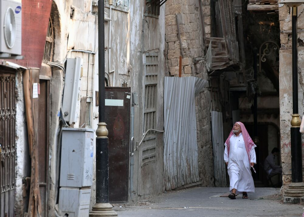 Pedestre em uma das ruas de Jidá, Arábia Saudita