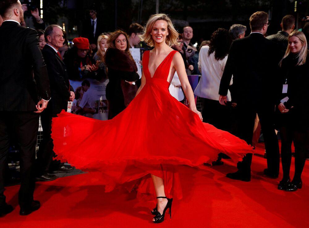 Atriz Charlotte Carroll no tapete vermelho no âmbito do festival cinematográfico de Londres