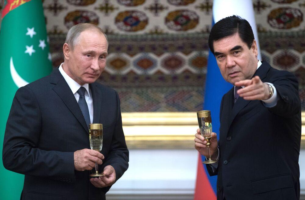 Vladimir Putin com presidente do Turcomenistão participa da cerimônia após assinatura de acordos em Asgabate