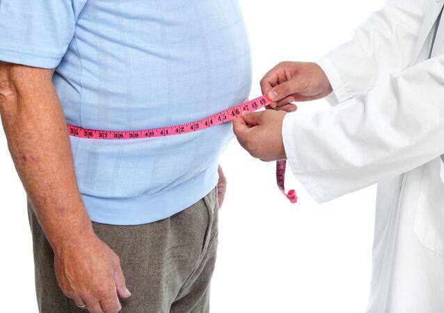 Homem sendo atendido por um médico (imagem referencial)