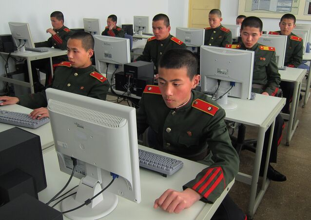 Militares norte-coreanos perante computadores
