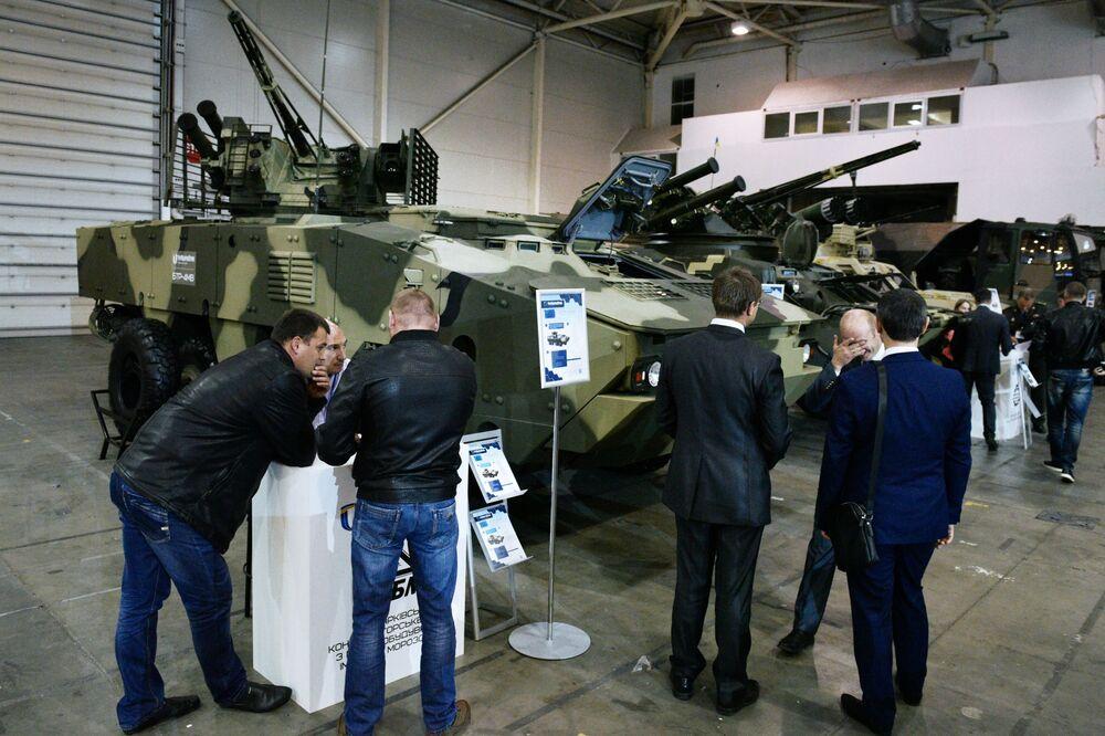 Visitantes da exposição Armas e Segurança 2017 em Kiev examinam um veículo blindado de transporte BTR-4MV