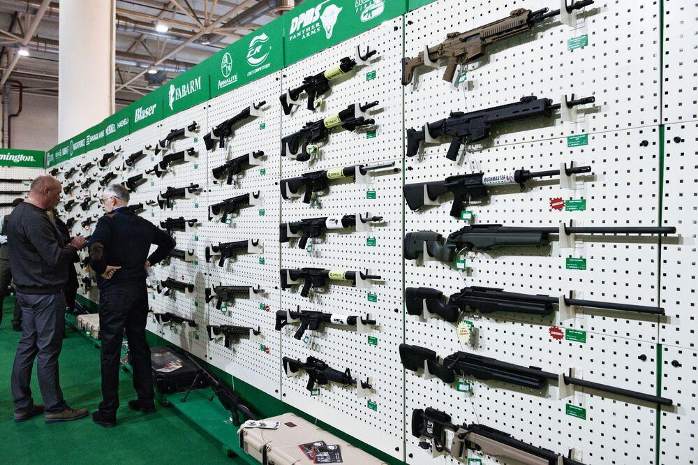 Visitantes olham para um estande de armas de fogo durante a exposição Armas e Segurança 2017 em Kiev