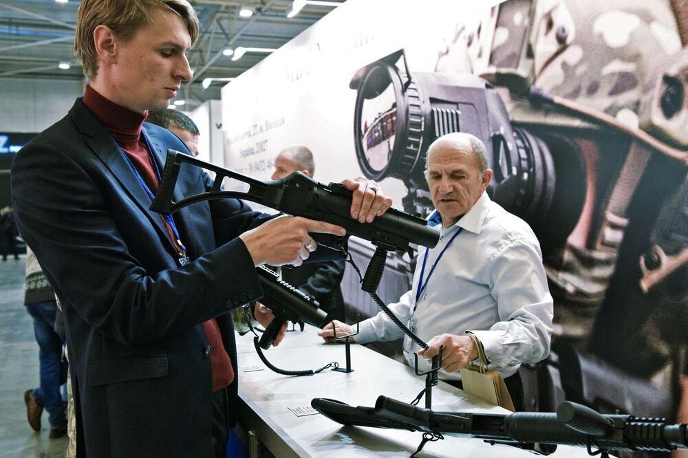 Homem examina armas durante a mostra Armas e Segurança 2017 em Kiev