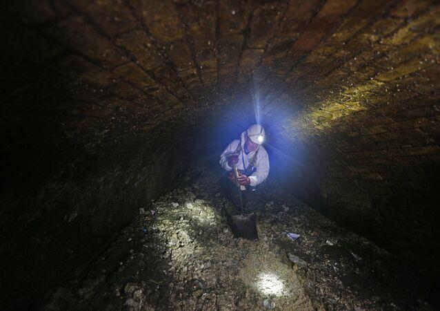 Supervisor da empresa de tratamento de água Thames Water, Vince Minney, inspecionando esgotos de Londres