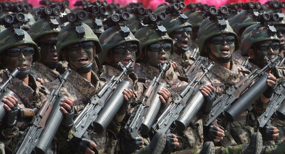 Soldados durante o desfile militar que marca o 105º aniversário de Kim Il-sung, fundador da Coreia do Norte, em Pyongyang