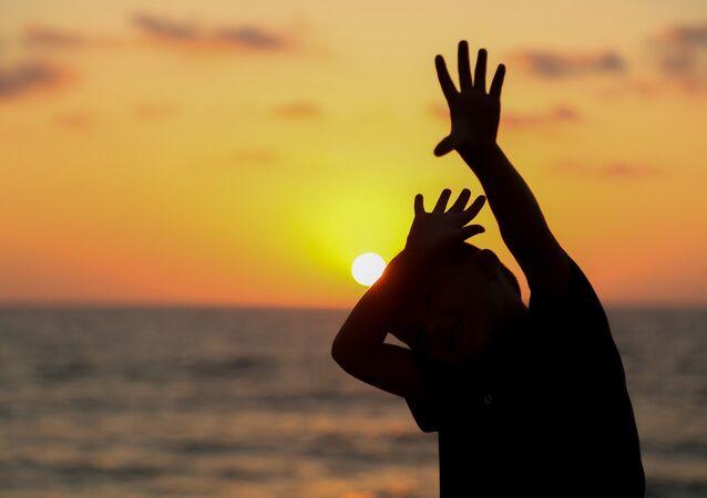 Menino escondendo do Sol (foto de arquivo)