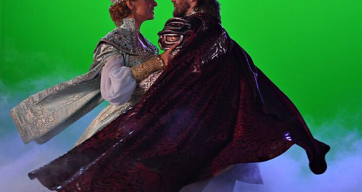 Os patinadores Tatiana Navka e Pyotr Chernychev interpretando Ludmila e Ruslan durante um ensaio do musical sobre o gelo Ruslan e Ludmila