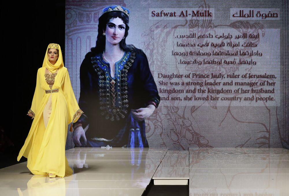 Modelo apresenta uma das peças da coleção criada pela designer síria Manal Ajaj durante um show de moda em Beirute, em 11 de outubro de 2017