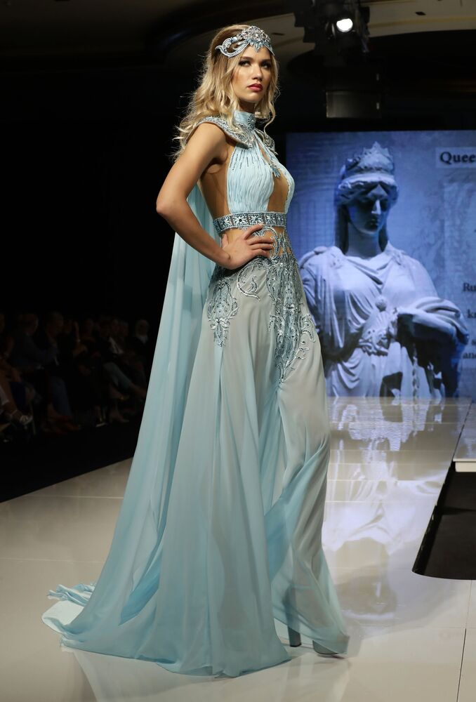Modelo apresenta uma das peças da coleção criada pela designer síria Manal Ajaj e inspirada na imagem da rainha Zenóbia de Palmira, em Beirute