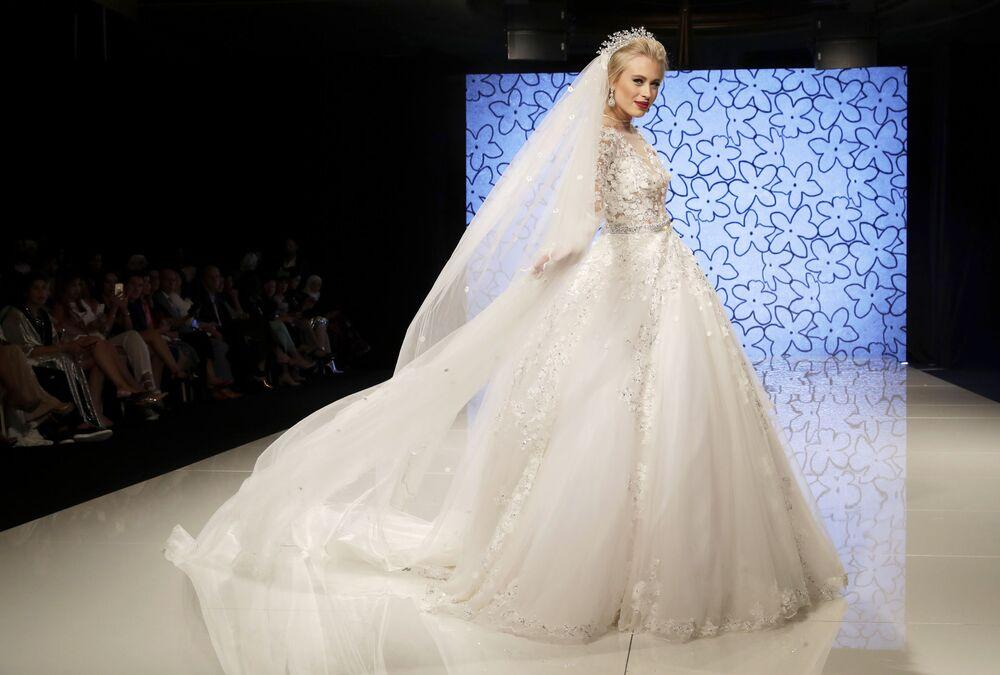 Modelo apresenta um dos vestidos da coleção de Manal Ajaj em Beirute
