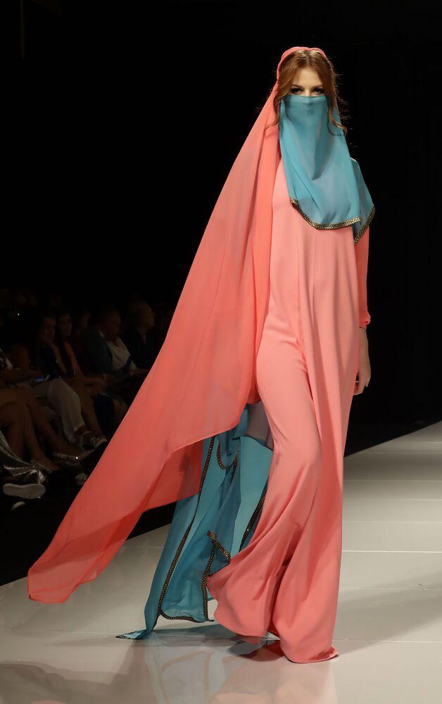 Modelo apresenta uma das peças da coleção criada pela designer síria Manal Ajaj e baseada na imagem de Fátima de Madri, durante um show de moda em Beirute, em 11 de outubro de 2017