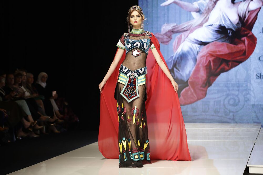 Modelo apresenta uma das peças da coleção criada pela designer síria Manal Ajaj inspirada na imagem da princesa Elissar, em Beirute