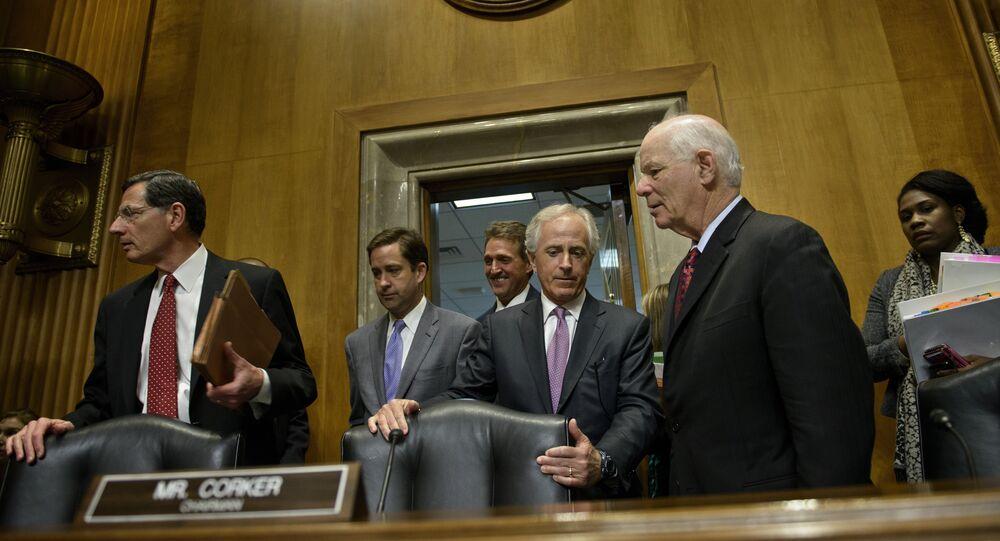 Senadores Bob Corker (centro) e Benjamin L. Cardin (direita), que promoveram o decreto que dá poderes ao Congresso dos EUA para aprovar ou negar acordos internacionais com o Irã